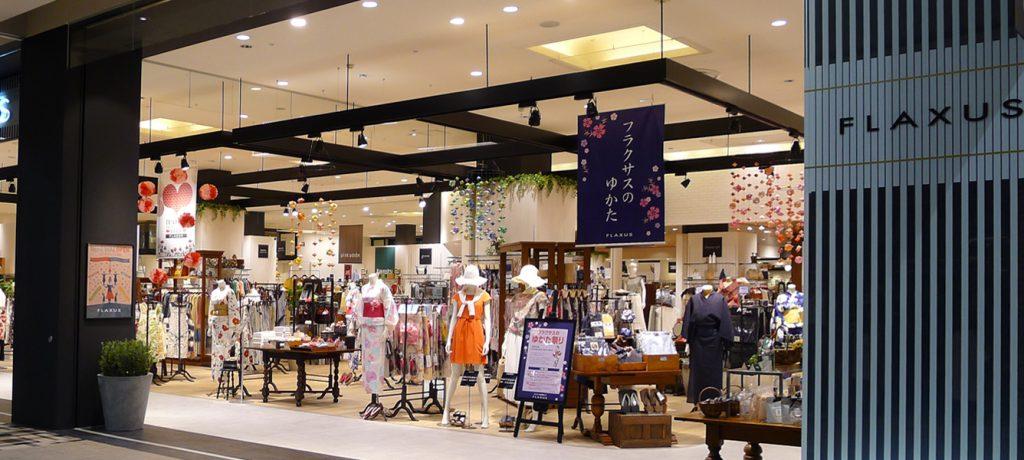 総合ファッションサービスグループ、ワールドグループのファッションストア「FLAXUS(フラクサス)」が、イオンモール広島府中にて展開する店舗 、フラクサス広島店のグラフィックデザイン、VMD画像