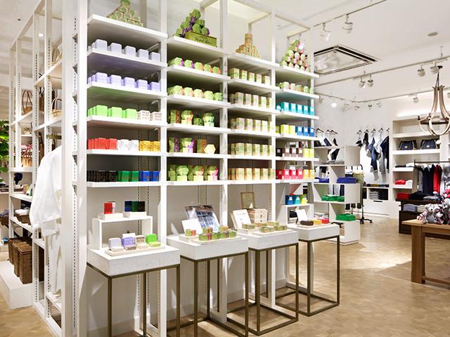 総合ファッションサービスグループ、ワールドグループのファッションブランド「Dessin UNTITLED(デッサン アンタイトル)」が展開する店舗、デッサン アンタイトルのイオンモール幕張新都心店の店舗デザイン、内装、VMD