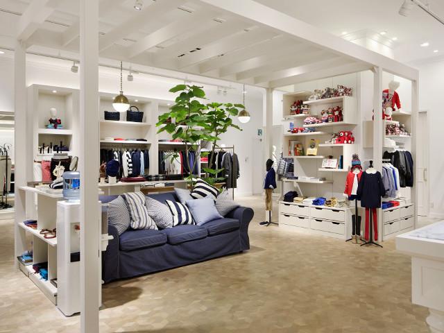 総合ファッションアパレル企業、株式会社ワールドのファッションブランド「Dessin UNTITLED(デッサン アンタイトル)」が展開する店舗、デッサン アンタイトルのイオンモール幕張新都心店の店舗デザイン、内装、VMD