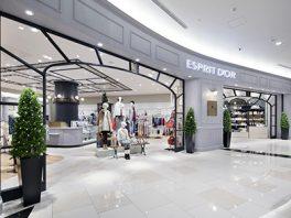 総合ファッションサーービス、ワールドグループのファッションストア「ESPRIT D'OR(エスプリドール)」が展開する店舗、エスプリドール イオンモール幕張新都心店の店舗デザイン、外観、VMD
