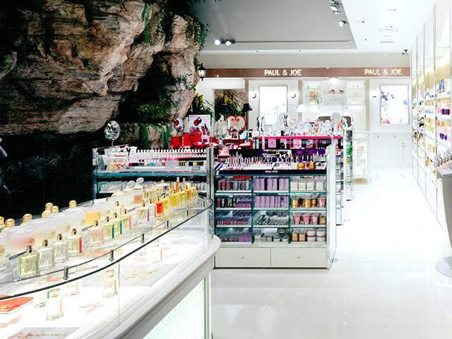 総合ファッションサービルグループ、ワールドグループのファッションライフストア「MEDITERRASSE(メディテラス)」が展開する、神戸三宮メディテラスの店舗デザイン、内装、VMD