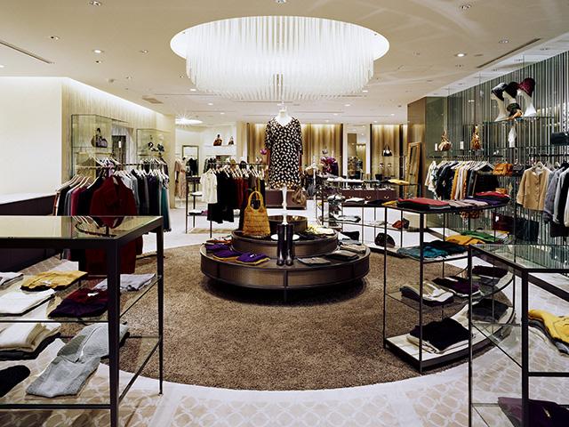 総合ファッションサービスグループ、ワールドグループのファッションストア「OPAQUE(オペーク)」が展開する店舗、オペーク広島店の店舗デザイン、外観、VMD