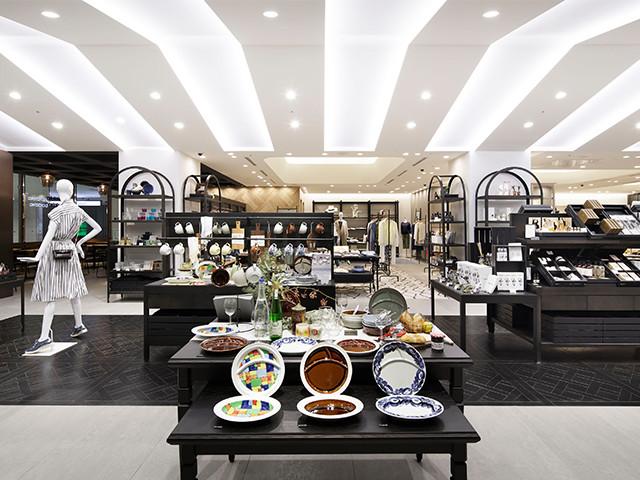 アパレルの店舗デザイン内装プロデュース事例|ワールドグループのOPAQUE(オペーク)大阪ルクア大阪店の店舗画像