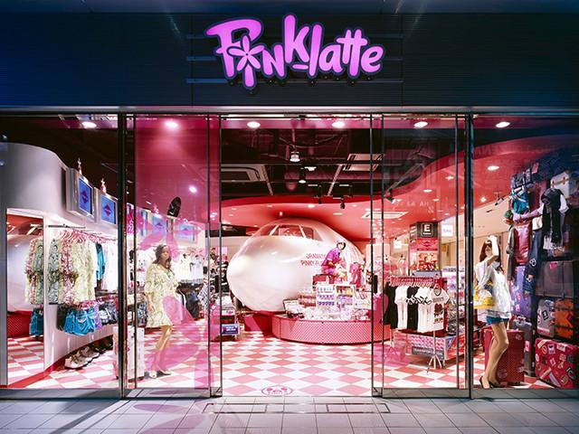 総合ファッションサービスグループ、ワールドグループのファッションブランド「PINK-latte(ピンクラテ)」が展開する店舗、ピンクラテ原宿店の店舗デザイン、内装、VMD