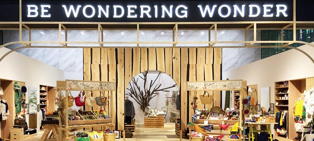 総合ファッションサービスグループ、ワールドグループのアクティブライフストアの展示会、VMD、ディスプレイ画像