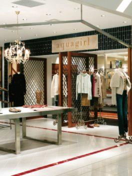 総合ファッショングループ、ワールドグループのレディースブランド「aquagirl(アクアガール)」が展開する店舗、アクアガール丸の内店の店舗デザイン、内装、VMD