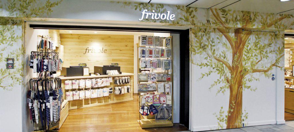 総合ファッションサービスグループ、ワールドグループのファッションブランド「frivole(フリヴォル)」が展開する店舗、フリヴォル表参道店の店舗デザイン、外観、VMD
