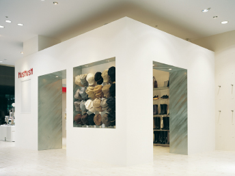 総合ファッショングループ、ワールドグループのファッションブランド「HusHusH(ハッシュアッシュ)」が展開する店舗、ハッシュアッシュ イオンモール岡崎店の店舗デザイン、外観、VMD