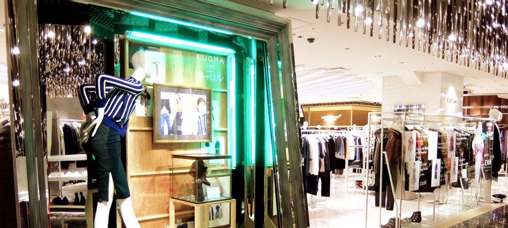 伊勢丹新宿店本館3階フロア、ザ・ステージで展開するポップアップ・ストア「LUGHA meets CAROL」のVMD、ディスプレイ画像