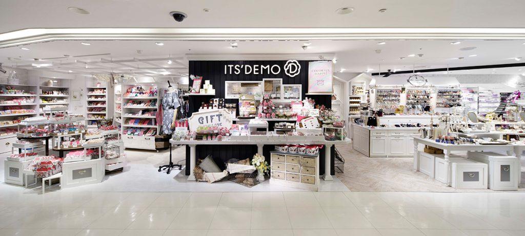 総合ファッションアパレル企業、株式会社ワールドのファッション雑貨ブランド「ITS'DEMO(イッツデモ)」が展開する店舗、イッツデモ横浜ジョイナス店の店舗デザイン、内装、VMD