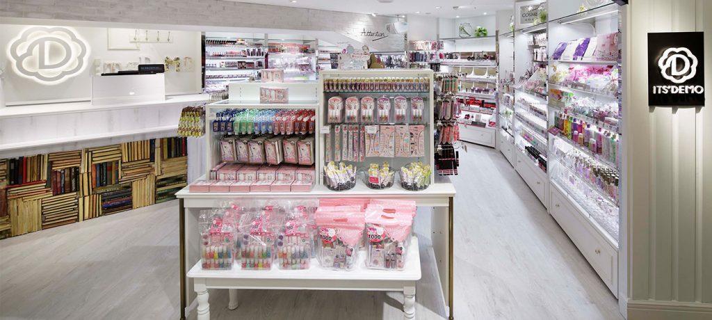 総合ファッションサービスグループ、ワールドグループのファッション雑貨ブランド「ITS'DEMO(イッツデモ)」が展開する店舗、イッツデモ横浜ジョイナス店の店舗デザイン、内装、VMD