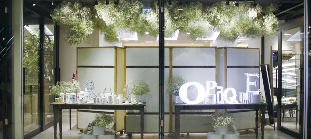 総合ファッションサービスグループ、ワールドグループのファッションストア「OPAQUE(オペーク)」が、ルクア大阪にて展開する店舗、オペーク大阪店のVMD、ディスプレイ画像