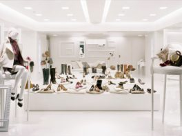 総合ファッションサービスグループ、ワールドグループのレディースブランド「aquagirl(アクアガール)」が展開する店舗、ラ・グラン アクアガール青山店の店舗デザイン、内装、VMD