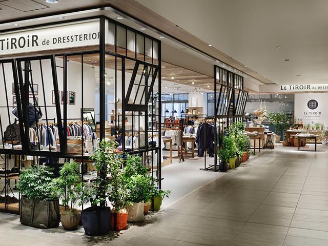 総合ファッションサービスグループ、ワールドグループのファッションブランド「Le tiroir de dressterior(ル ティロワ ドゥ ドレステリア)」が展開する店舗、ルティロワドゥドレステリア二子玉川店の店舗デザイン、内装、VMD
