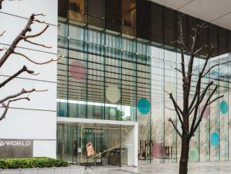 ワールド北青山ビルのガラスファサードを彩るピエール・シャルパンのアートワーク