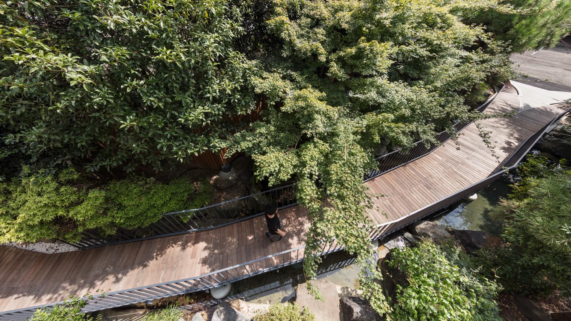 富士野屋旅館のメインエントランスと繋がる橋の画像