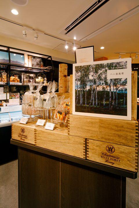 シャトレーゼ都心型新ブランド「YATSUDOKI(ヤツドキ)」表参道店のVMD画像